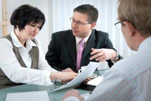 Versicherte entscheiden: Die Lebensversicherung auszahlen lassen oder als Rente erhalten.