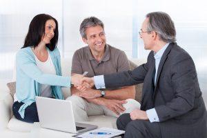 Ob es sich lohnt eine Risikolebensversicherung vorzeitig zu kündigen, kann ein Beratungsgespräch klären.